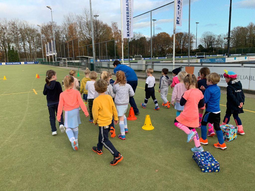 Kinderen zijn aan het sporten onder begeleiding van Roko Sports